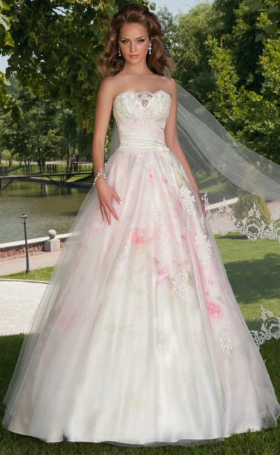 Цветное свадебное платье с юбкой А-силуэта и крупным розовым рисунком по подолу и корсету.