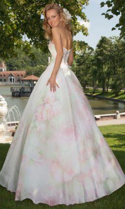 Изысканное свадебное платье А-силуэта из глянцевой ткани с пастельным цветочным рисунком.