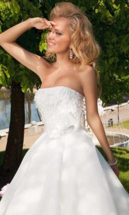 Свадебное платье с объемным декором на корсете с лифом прямого кроя.