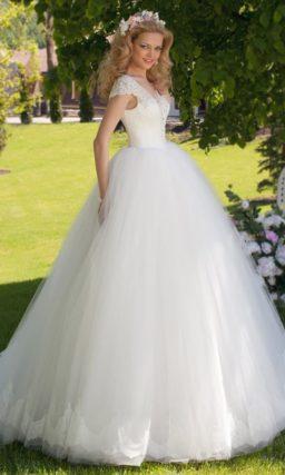 Свадебное платье «принцесса» с V-образными вырезами, обрамленными кружевом.