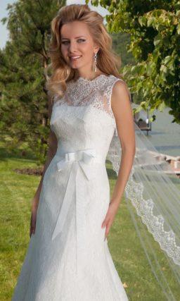 Кружевное свадебное платье облегающего силуэта «рыбка» с широким поясом с бантом.
