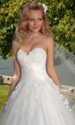 Свадебное платье силуэта «принцесса» с кружевным декором и изящным открытым лифом.