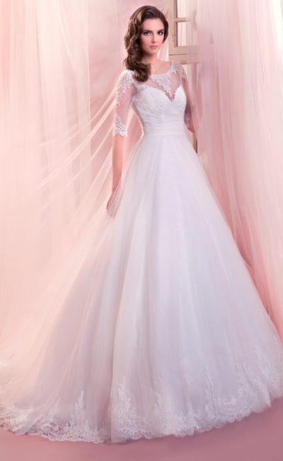 Элегантное свадебное платье А-силуэта с рукавами в три четверти и ажурным декором.