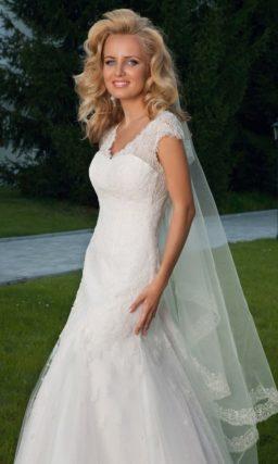 Свадебное платье «рыбка» с V-образным вырезом и открытой спинкой.
