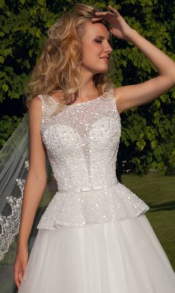 Свадебное платье с пышной баской и вырезом на спинке.
