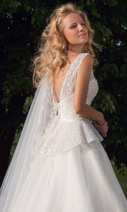 Свадебное платье с силуэтом «принцесса», пышной баской и вырезом на спинке.