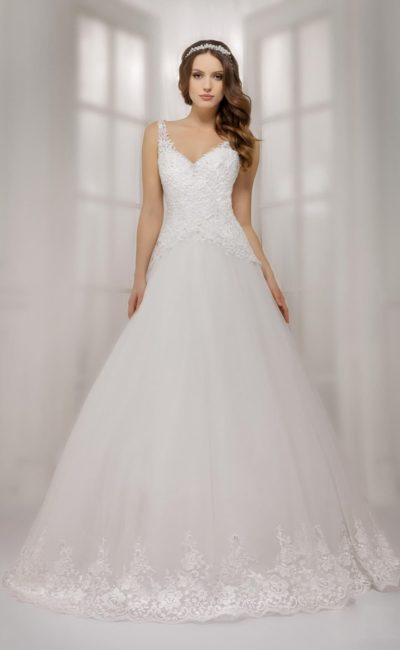 Свадебное платье с юбкой А-силуэта и кружевным корсетом с тонкими фигурными бретелями.