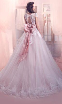 Пастельно-розовое свадебное платье пышного силуэта с атласным поясом в тон и кружевным декором.