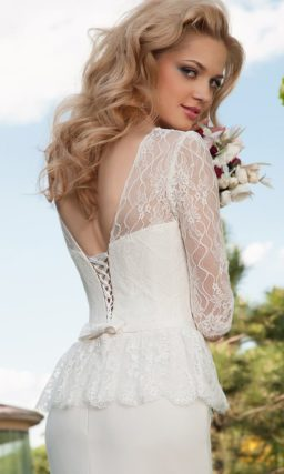 Прямое свадебное платье с ажурными рукавами и открытой V-образным вырезом спинкой.
