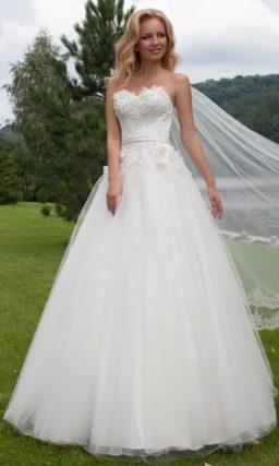 Романтичное свадебное платье пышного силуэта с объемными аппликациями по корсету.
