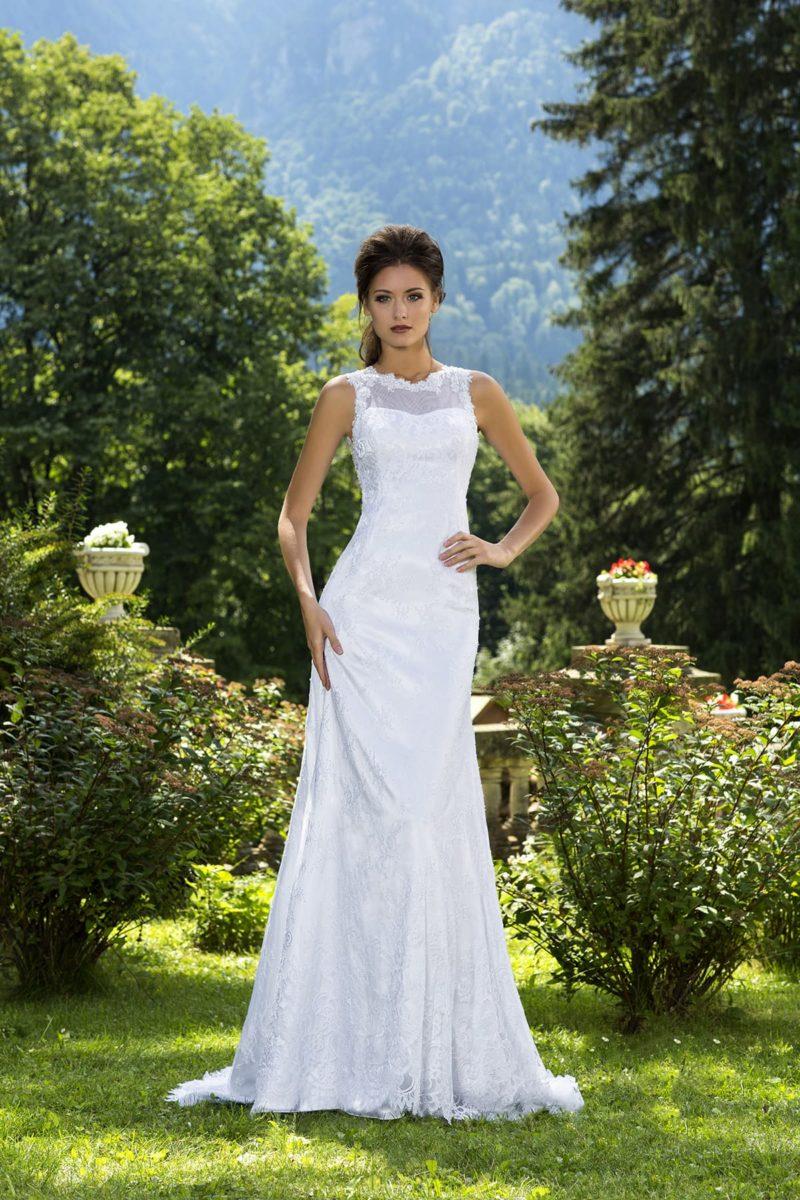 Прямое свадебное платье с ажурным лифом с вырезом под горло и элегантным шлейфом.