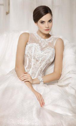 Свадебное платье с ажурным корсетом с заниженной линией талии и роскошной пышной юбкой.