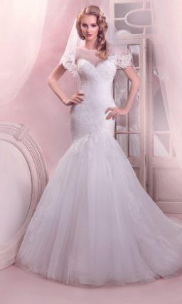 Свадебное платье силуэта «рыбка» с полупрозрачной отделкой лифа в форме сердца.