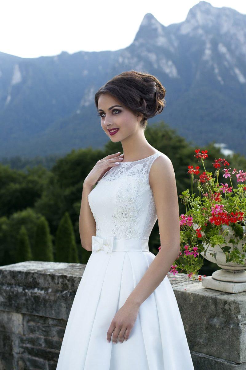 Закрытое свадебное платье А-силуэта с вырезом лодочкой и вышивкой на корсете.