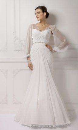 Свадебное платье силуэта «рыбка» с широкими полупрозрачными рукавами и кружевным лифом.