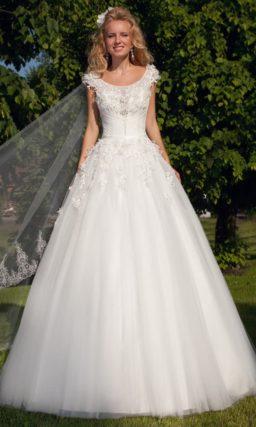 Свадебное платье «принцесса» с романтичной объемной отделкой закрытого лифа.