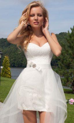 Короткое свадебное платье с прозрачной верхней юбкой и открытым корсетом.