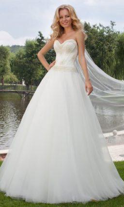 Открытое свадебное платье с многослойной юбкой А-силуэта и вышивкой крупным бисером на лифе.