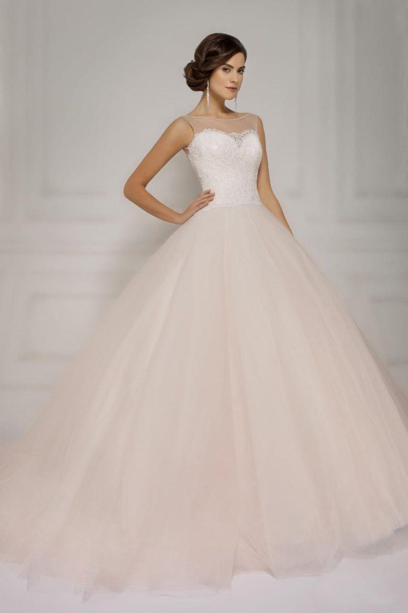 Пышное свадебное платье с кружевным корсетом и тонкой вставкой над лифом.
