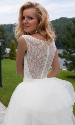 Эксцентричное свадебное платье длиной до середины бедра с пышной верхней юбкой.
