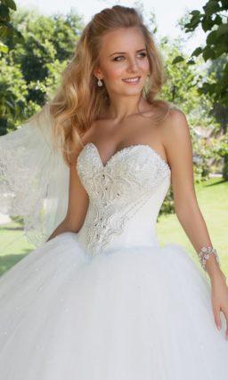 Пышное свадебное платье с роскошным корсетом с лифом в форме сердца.