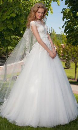 Свадебное платье А-силуэта с открытой спинкой и кружевной вставкой над лифом.