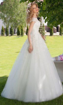 Свадебное платье «принцесса» с вышивкой на корсете и V-образным вырезом сзади.