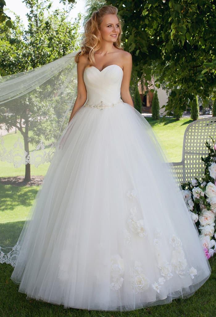 Торжественное свадебное платье с пышной юбкой и классическим открытым корсетом.