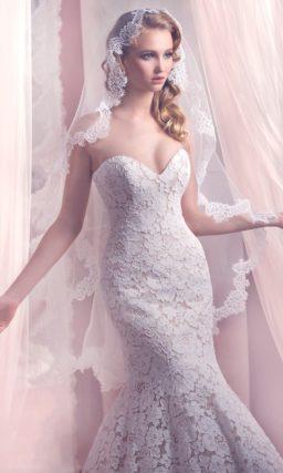 Открытое свадебное платье с силуэтом «рыбка», покрытое фактурным кружевом с крупным узором.