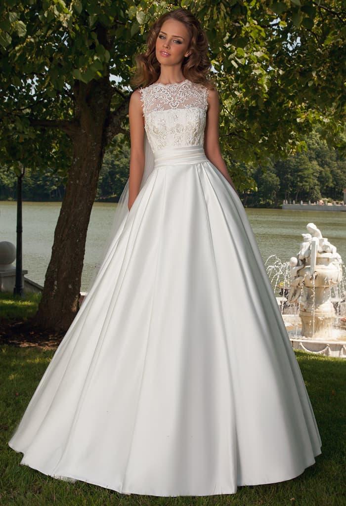 Сияющее свадебное платье «принцесса» из атласа с кружевной отделкой корсета.