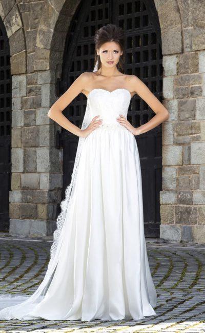 Роскошное свадебное платье в ампирном стиле с открытым лифом-сердечком и атласной юбкой.
