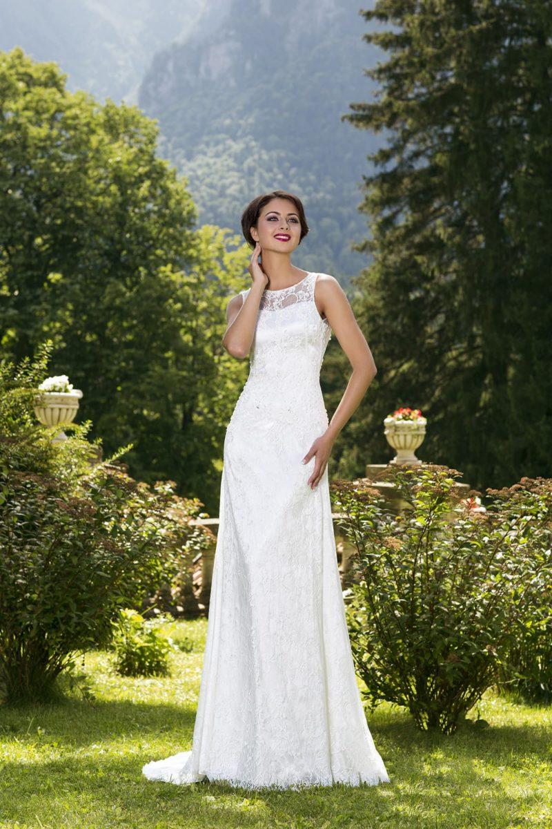 Прямое свадебное платье с округлым декольте и узкими бретелями, украшенное кружевом.