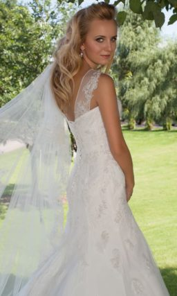 Свадебное платье с силуэтом «рыбка» и верхом, оформленным тонкой тканью с вышивкой.