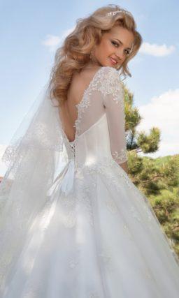 Свадебное платье с юбкой «принцесса» и рукавами в три четверти из тонкой ткани.