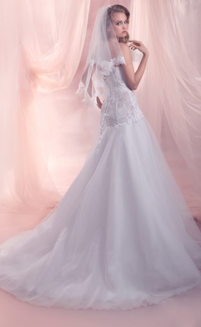 Свадебное платье силуэта «принцесса» с кружевным корсетом с заниженной талией.