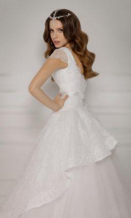 Пышное свадебное платье с атласным поясом и короткими полупрозрачными рукавами.