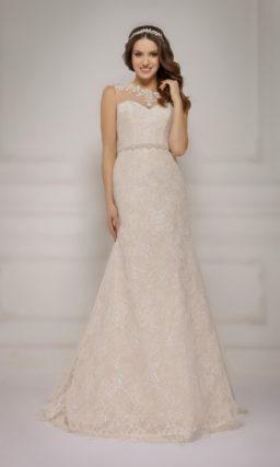 Свадебное платье прямого силуэта с узким поясом на талии, выполненное в мягком бежевом цвете.