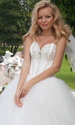 Открытое свадебное платье пышного силуэта с глубоким вырезом и вышивкой бисером.