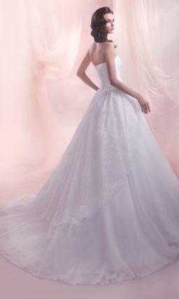 Свадебное платье с силуэтом «принцесса» со шлейфом и элегантным корсетом с прямым лифом.