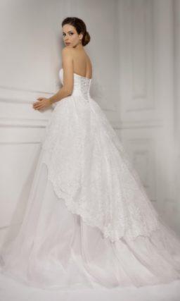Свадебное платье с многослойной юбкой из тканей разных фактур и открытым корсетом прямого кроя.