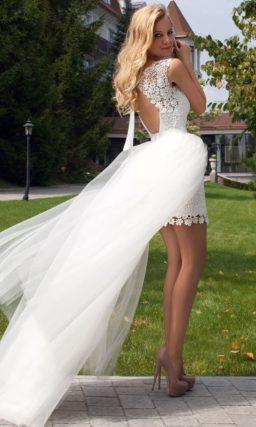 Ажурное свадебное платье длиной до середины бедра с пышной верхней юбкой из тонкой ткани.