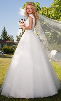Ажурное свадебное платье А-силуэта с полупрозрачным декором верха и вырезом на спине.