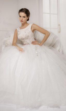 Пышное свадебное платье с закрытым лифом из плотной ткани, украшенным кружевом и шитьем.