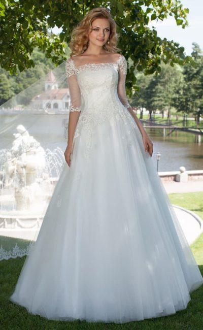 Кружевное свадебное платье А-силуэта с вырезом «каре» и рукавами в три четверти.