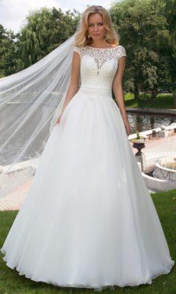 Свадебное платье с силуэтом «принцесса» и верхом, покрытым ажурной тканью с крупным узором.