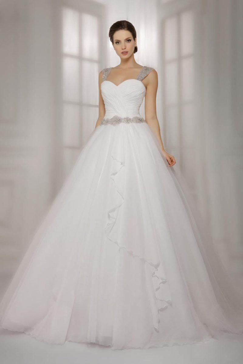 Свадебное платье с многослойной пышной юбкой и широкими сверкающими бретелями.