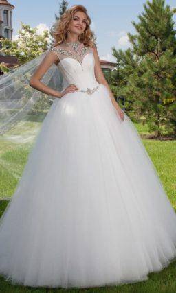 Пышное свадебное платье с многослойной юбкой со шлейфом и вышивкой по лифу.