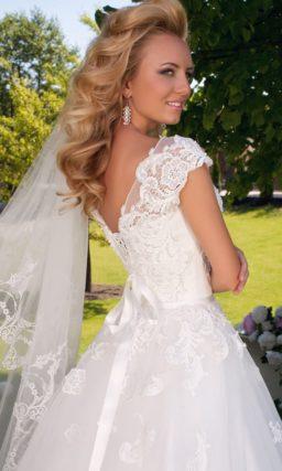 Свадебное платье А-силуэта с кружевным лифом и V-образным декольте сзади.