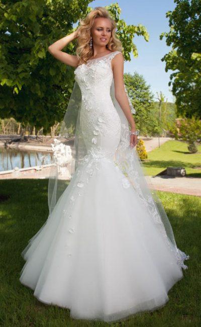 Свадебное платье с силуэтом «рыбка» и объемной отделкой в виде лепестков по всей длине.