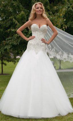 Соблазнительное свадебное платье силуэта «рыбка» с плотной вышивкой на лифе и области талии.